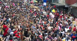 "Presiden Joko Widodo (tengah) menyalami warga saat menghadiri acara Pesta Rakyat ""Bogor Street Festival Cap Go Meh 2015"" di Jalan Suryakencana, Bogor, Jabar, Jumat (5/3)."