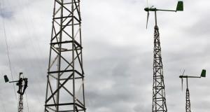 Petugas memperbaiki generator kincir angin di Pembangkit Listrik Tenaga Hibrid, Pantai Baru, Srandakan, Bantul, Yogyakarta, Senin (16/3).