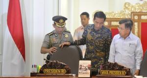Presiden Joko Widodo (kedua kanan) berbincang dengan Wapres Jusuf Kalla (kanan) sebelum memimpin jalannya sidang kabinet paripurna di Kantor Presiden, Jakarta, Senin (30/3).