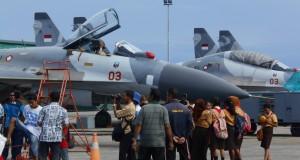 Sejumlah pelajar dan warga Kabupaten Biak Numfor,, Papua menyaksikan pesawat tempur TNI Angkatan Udara jenis Sukhoi dalam Gebyar Dirgantara 2015 yang berlangsung 27-28 Maret 2015 di Pangkalan Udara Manuhua Biak, papua, Jumat (27/3).