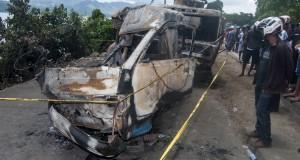 Warga melihat dua dari tujuh kendaraan yang mengalami tabrakan beruntun di Jalan Piere Tendean, Kawasan Halong, Ambon, Maluku, Jumat (27/3).