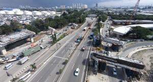 Pekerja menyelesaikan proyek Tol Akses Tanjung Priok di Jalan Yos Sudarso, Jakarta Utara, Selasa (17/3).