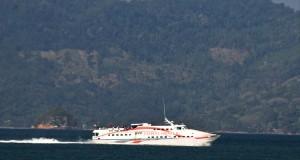 Kapal penyeberangan yang mengangkut wisatawan ke Pulau Sabang meninggalkan Pelabuhan Ulee Lheue, Banda Aceh, Aceh, Sabtu (14/3)