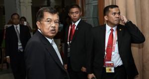 Wakil Presiden Jusuf Kalla (kedua kiri) menunggu kedatangan para kepala negara sebelum mengikuti Historical Walk dalam rangkaian Peringatan ke-60 Tahun Konferensi Asia Afrika di Hotel Savoy Homann, Bandung, Jawa Barat, Jumat (24/4).