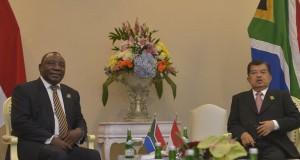 Wakil Presiden Jusuf Kalla (kanan) menerima Wakil Presiden Afrika Selatan Ramaphosa dalam pertemuan bilateral antara Indonesia - Afrika Selatan dalam rangkaian Konferensi Asia Afrika 2015 di Jakarta Convention Center, Jakarta, Kamis (23/4).