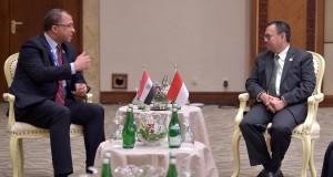 Menteri ESDM Sudirman Said (kanan) berbincang dengan Menteri Perencanaan Mesir Ashraf El-Araby dalam pertemuan bilateral di hari kedua Konferensi Tingkat Tinggi Asia Afrika di Jakarta Convention Center, Kamis (23/4).