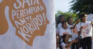 Sejumlah peserta kampanye berfoto bersama usai mengikuti kampanye Saya Perempuan Anti Korupsi (SPAK) di Kupang, NTT, Sabtu (25/4).