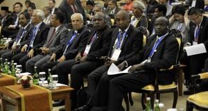 Perwakilan delegasi negara peserta konferensi menghadiri pembukaan Konferensi Parlemen Asia Afrika di Gedung Nusantara, Kompleks Parlemen, Senayan, Jakarta, Kamis (23/4)