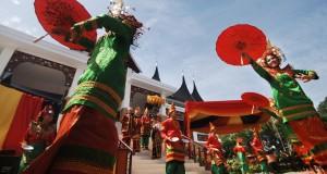 Penari menampilkan tari payung, saat peresmian Gedung Lembaga Kerapatan Adat Alam Minangkabau (LKAAM), di Jl Kh A Dahlan, Padang, Sumatera Barat,