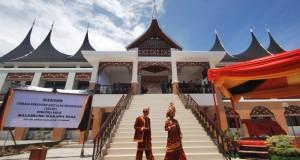 Penyambut tamu berpakaian anakdaro dan marapulai, berada di depan Gedung Lembaga Kerapatan Adat Alam Minangkabau (LKAAM), di Jl Kh A Dahlan, Padang, Sumatera Barat,