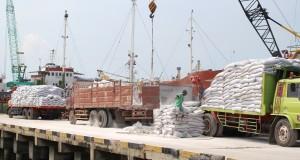 Sejumah pekerja sedang melakukan bongkar muat pupuk di Pelabuhan Rakyat, Gresik Jawa Timur, Minggu (19/4).