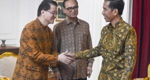 Presiden  Joko Widodo (kanan) menerima Ketua Umum Kadin Suryo Bambang Sulisto (tengah) dan Ketua Panitia Pengarah  Jakarta Food Security Summit (JFSS) 3 yang juga Wakil Ketua Umum Kadin Indonesia Bidang Agribisnis & Pangan, Franky O. Widjaja (kiri) di Ista