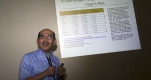 Ketua Tim Reformasi Tata Kelola Migas Nasional Faisal Basri memberikan keterangan pers di Jakarta, Rabu (1/4).