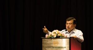Wakil Presiden Jusuf Kalla memberikan pidato pembuka saat seminar Indonesia dan Diversifikasi Energi, Menentukan Arah Kebijakan Energi Indonesia, Jakarta,