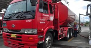 Seorang pekerja mengontrol pengisian bahan bakar minyak (BBM) ke dalam truk tangki BBM di Terminal BBM (TBBM), Boyolali, Jawa Tengah, Jumat (17/4).