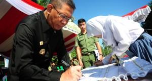 Walikota Pontianak, Sutarmidji (kiri) bersama seorang perwakilan pelajar menandatangani pernyataan Deklarasi Anti Narkoba di Alun-Alun Sungai Kapuas