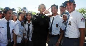 Walikota Pontianak, Sutarmidji (tengah) berbincang bersama sejumlah pelajar sekolah usai Deklarasi Anti Narkoba di Alun-Alun Sungai Kapuas, Pontianak,