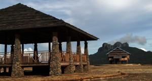 Pemandangan rumah adat dan tempat peristirahatan kawasan Desa Wisata Tangkeno yang terletak di kaki Gunung Sangia Wita, Kabaena Tengah, Sulawesi Tenggara, Kamis (16/4).