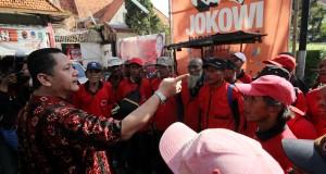 Wakil Walikota Surabaya Wisnu Sakti Buana (kiri) memberikan arahan kepada para kader dan simpatisan PDIP sebelum berangkat menghadiri Kongres IV PDIP di kantor DPC PDIP, Surabaya, Jawa Timur, Rabu (8/4).