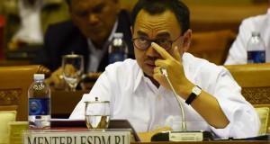 Menteri ESDM Sudirman Said mengikuti rapat kerja dengan Komisi VII DPR di Komplek Parlemen, Jakarta, Rabu (8/4).