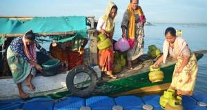 Sejumlah perempuan menurunkan tabung LPG 3 kg dari perahu yang bersandar di pelabuhan nelayan Tanjung Luar, Lombok Timur