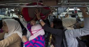 Sejumlah penumpang Kereta Rel Listrik (KRL) Commuter Line antre saat akan keluar dari Stasiun Tanah Abang di Jakarta