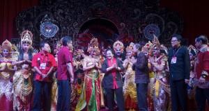 Ketua Umum PDI Perjuangan Megawati Soekarnoputri (tengah) didampingi politisi PDIP berfoto bersama para seniman seusai pementasan sendratari Bianglala Mahardika pada acara ramah tamah Kongres IV PDI Perjuangan di Hotel Inna Grand Bali Beach, Bali, Rabu (8/
