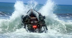 Sejumlah prajurit Taifib Korps Marinir dan prajurit US MARSOC dengan menggunakan perahu karet berlatih menembus gelombang di pantai Lampon, Pesanggaran, Banyuwangi, Jatim, Rabu, (1/4).