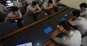 Sejumlah siswa SMK Negeri 2 Solo mengerjakan soal latihan Ujian Nasional (Unas) 2015 secara online di aula sekolah setempat, Solo, Jawa Tengah, Rabu (1/4).