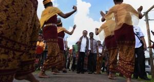 Menteri ESDM Sudirman Said (tengah) di sambut dengan tarian adat sebelum melakukan peresmian Pembangkit Listrik Tenaga Mikro Hidro (PLTMH) La Au di Kahaungu Eti, Sumba Timur, NTT, Selasa (7/4).