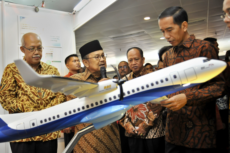 Presiden Joko Widodo (kanan) mendengarkan penjelasan dari Presiden ke-3 RI BJ Habibie (kedua kiri) mengenai industri penerbangan didampingi Menteri Riset Teknologi dan Pendidikan Tinggi (Menristekdikti) Mohamad Nasir (kedua kanan) saat mengunjungi stan
