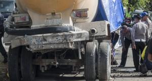 Petugas kepolisian dan Korlantas Mabes Polri melakukan olah tempat kejadian (TKP) terkait tabrakan maut di jalan Piere Tendean kawasan Halong, Kecamatan Baguala, Ambon, Maluku, Selasa (31/3).