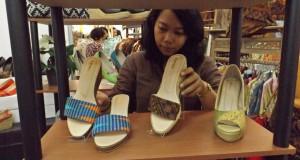 "Pengunjung memilih sandal yang dipajang pada ""Finance & UMKM Expo"" di Semarang, Jateng, Rabu (8/4)."