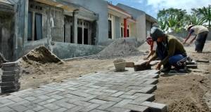 Pekerja membangun perumahan di Boja, Kendal, Jateng, Selasa (7/4)