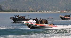 Pasukan Raider  Kodam Iskandar Muda melakukan formasi tempur dalam atraksi di Perairan Ulee Lheue, Banda Aceh, Selasa (31/3).