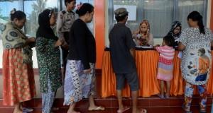 Warga antre untuk mencairkan dana Program Simpanan Keluarga Sejahtera (PSKS) di Kantor PT POS Pettrani, Makassar, Salawesi Selatan, Rabu (1/4).