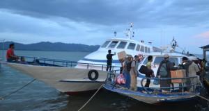 Warga yang datang berbelanja di Tawau Negeri Sabah, Malaysia tiba di Pelabuhan Internasional Tunon Taka Kabupaten Nunukan, Kaltara, Kamis (2/4).