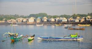 Perumahan nelayan berderet dipinggiran pantai Tanjung Luar, Lombok Timur