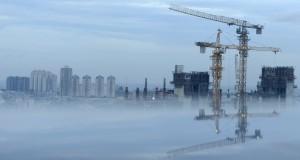 Pembangunan gedung bertingkat di kawasan Sawah Besar, Jakarta Pusat, Senin (27/4).