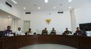 Presiden Joko Widodo (keempat kiri) dan Wapres Jusuf Kalla (ketiga kanan) memimpin rapat kabinet terbatas di Kantor Kepresidenan, Jakarta, Rabu (1/4).