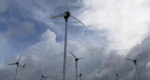 Deretan kincir angin untuk pembangkit listrik tenaga angin yang dikunjungi Menteri ESDM Sudirman Said  di Sumba Timur, NTT, Selasa (7/4).