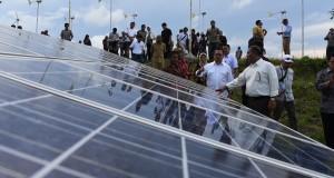 Menteri ESDM Sudirman Said (tengah) meninjau pembangkit listrik dari panel surya di Sumba Timur, NTT, Selasa (7/4).