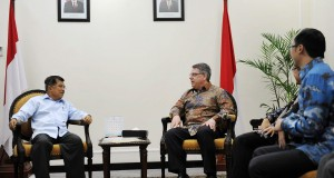 Wakil Presiden Jusuf Kalla (kiri) berbincang dengan Presiden dan CEO Boston Consulting Group (BCG) Rich Lesser (kanan) di Kantor Wapres, Jakarta, Selasa (31/3)