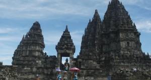 Pengunjung mengamati Candi Prambanan saat berwisata di Candi Prambanan, Sleman, Yogyakarta, Selasa (28/4).