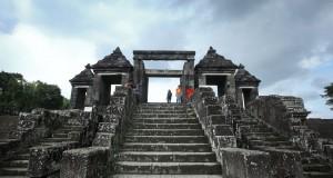 Pengunjung menikmati kawasan Situs Ratu Boko, Sleman, Yogyakarta, Kamis (16/4)