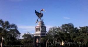 patung bundaran di universitas palangkaraya