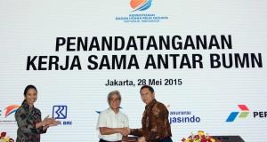 Dirut Pertamina Dwi Soetjipto (tengah) bersama Dirut Pelindo II R.J.Lino (kanan), disaksikan Menteri Negara BUMN Rini Soemarno bertukar surat perjanjian kerjasama kedua BUMN tersebut di Kantor Pertamina, Jakarta, Kamis (28/5). Pertamina dan Pelindo II bersepakat melakukan investasi pembangunan, pengembangan, dan pengoperasian terminal BBM sekaligus penyediaan produk BBM untuk kapal - kapal laut yang singgah di pelabuhan New Priok. ANTARA FOTO/Muhammad Iqbal/ama/15