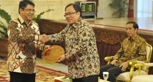 Menkeu Bambang Brodjonegoro (tengah) memberikan penghargaan kepada Kepala BKPM Franky Sibarani (kiri) disaksikan Presiden Joko Widodo (kanan) pada acara pemberian penghargaan kepada pihak terkait yang telah mendukung kelancaran tugas dan fungsi Kementerian Keuangan di Istana Negara, Jakarta, Rabu (20/5). Selain memberikan penghargaan kepada beberapa institusi seperti KPU, Polri, dan BI Kementerian Keuangan juga menandatangani nota kesepahaman (MoU) dengan sejumlah institusi terkait yang memiliki peran dalam pengumpulan pajak sebagai salah satu langkah untuk meningkatkan penerimaan pajak. ANTARA FOTO/Andika Wahyu/pd/15.