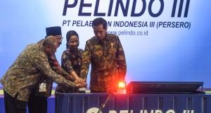 Presiden Joko Widodo (kanan) bersama Menteri BUMN Rini S. Soemarno (kedua kanan) dan Direktur Utama Pelindo III Djarwo Surjanto (kiri) dan Gubernur Jawa Timur Soekarwo (kedua kiri) menenkan tombol ketika meresmikan Alur Pelayaran Barat Surabaya (APBS) dan Terminal Teluk Lamong Momentum Kebangkitan Maritim Indonesia, Surabaya, Jawa Timur, Jumat (22/5). Presiden berharap dengan diselesaikannya revitalisasi APBS dan terminal tersebut, tol laut yang menjadi salah satu program prioritas bisa tercapai sehingga biaya transportasi bisa semakin ditekan dan daya saing produk Indonesia bisa bersaing dengan negara lain. ANTARA FOTO/Zabur Karuru/Rei/Spt/15.