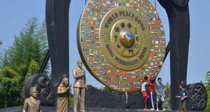 Wisatawan berada di kawasan Gong Perdamaian Dunia di Taman Perdamaian Dunia, Desa Kertalangu, Kota Denpasar, Bali,  Gong berukuran besar tersebut menjadi simbol keharmonisan manusia dengan alam dan diharapkan dapat mempersatukan umat manusia di seluruh dunia.